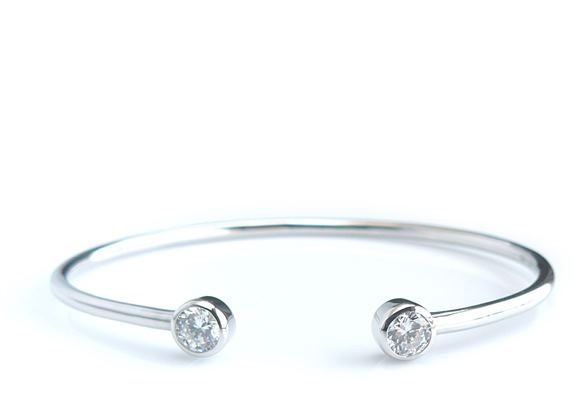 Cuff bangle with 1 carat (5.25mm) Diamond simulant in bezel set, thickness 2-3mm, inner diameter 60 mm in silver