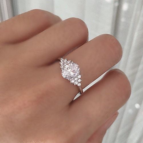 Oval-round-diamonds-engagement-ring